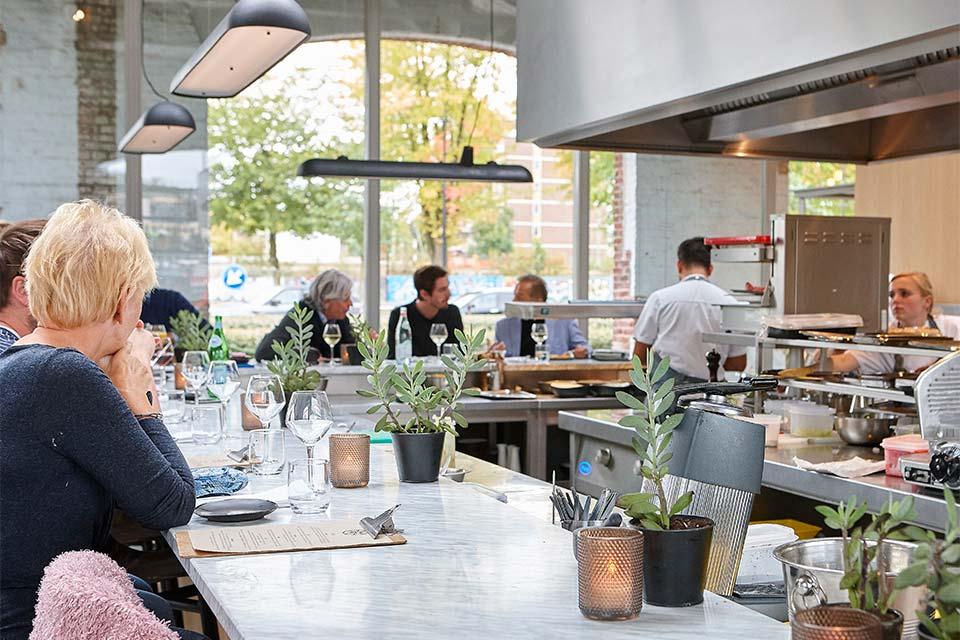 De Houtloods - foto van mensen aan de keukenbar