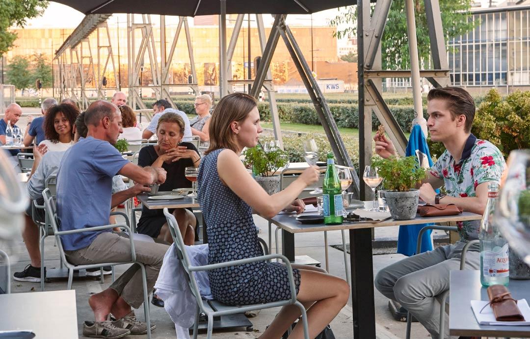 Restaurant de houtloods een brutale blik in de pannen tilburg - Keukenplan op de eetkamer geopend ...