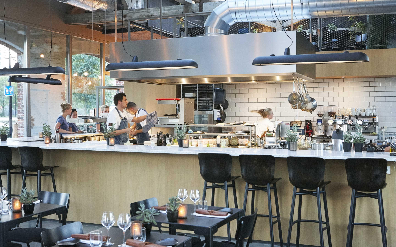 De Houtloods - restaurant keukenbar met personeel foto