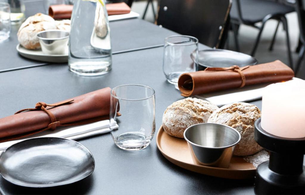 De-Houtloods-tafel-met-eten-1024x656